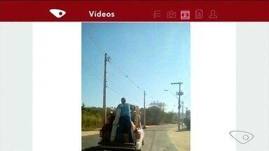 Homem é flagrado sendo transportado em caçamba de veículo e sem segurança, no Sul do ES - Código de Trânsito proíbe transporte no bagageiro.