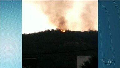 Vegetação no Morro das Andorinhas pega fogo, em Cachoeiro de Itapemirim, ES - Corpo de Bombeiros disse que equipes foram para o local.