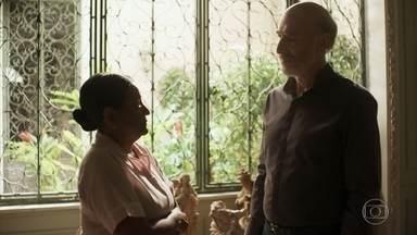 Zefa afirma a Severo que eles precisam reunir sua família novamente - Empresário reconhece a importância de Zefa em sua vida