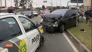 Carro de polícia atropela e mata quatro pessoas em Curitiba (PR) - Uma câmera registrou o momento em que o veículo passou por uma rodovia, antes do acidente. Segundo testemunhas, o PM que dirigia o carro desviou de um homem que atravessava a pista, perdeu o controle da direção e invadiu um ponto de ônibus, atingindo quatro mulheres e dois carros.