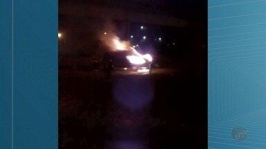Caminhonete pega fogo na Rodovia Anhanguera em Ribeirão Preto, SP - Ninguém ficou ferido. Trânsito ficou lento no sentido capital.