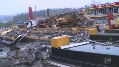 Bloqueio do pedágio na Rodovia dos Bandeirantes continua na grande São Paulo - Parte da cobertura do pedágio caiu depois de uma carreta bater numa coluna. As máquinas ainda trabalham para retirar os escombros.