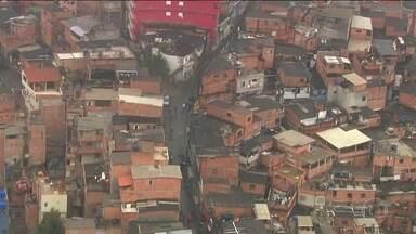 Polícias civil e militar fazem busca em favela de SP à procura de PM desaparecida - Ela foi vista pela última vez dentro de um bar. Segundo testemunhas, ela se identificou como policial em busca de um celular perdido e foi levada por encapuzados.
