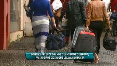 """Ônibus com """"religiosos"""" tinha fundo falso cheio de cocaína e crack - Segundo os passageiros, eles receberiam para levar produtos contrabandeados até Santa Catarina."""