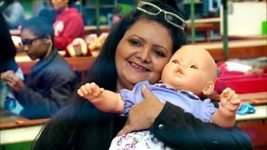 Mulher que dá vida nova a bonecas encontradas no lixo conhece fábrica de brinquedos - Conheça a história da Dona Marilene que, depois de anos e anos de espera, viu o seu sonho virar realidade.