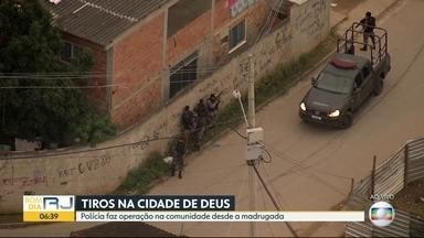 Polícias Civil e Militar realizam operação na Cidade de Deus - Moradores relatam tiroteios. A operação é para para cumprir mandados de prisão.