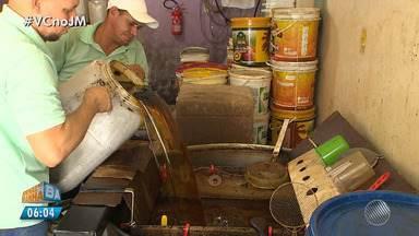 Um litro de óleo de cozinha pode contaminar até um milhão de litros de água - O óleo não deve ser descartado na pia da cozinha. Ele pode ser colocado em uma garrafa de vidro ou de plástico e levado para uma cooperativa de reciclagem, por exemplo.