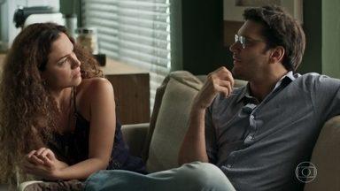 Ionan tenta tranquilizar Selma - Namorada fica apreensiva enquanto amada se submete à inseminação