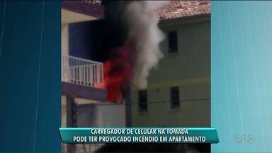 Carregador de celular na tomada pode ter causado incêndio no Juvevê - O apartamento pegou fogo na terça-feira (7).