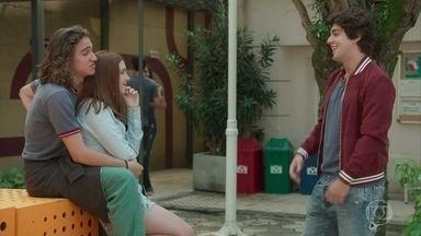 Alex chama atenção da pegação de Tito e Flora na escola - Flora se irrita com intromissão do irmão. Alex avisa que vai ficar de olho em Tito