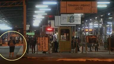 Centenas de pessoas ignoram catracas dos terminais de ônibus de Cascavel - Em muitos casos, a travessia é feita em frente a cabine do cobrador.