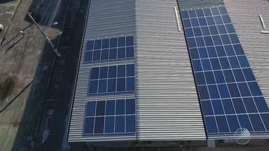 Baianos investem em instalação de placas de energia solar, para reduzir a conta de luz - Esse tipo de equipamento tem ganhado cada vez mais espaço em residências e empresas da capital baiana.