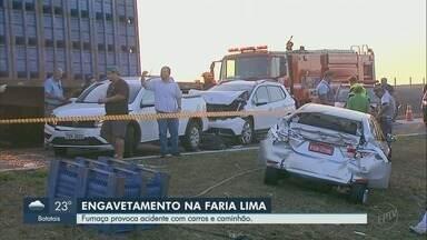 Fumaça do lado da pista provoca engavetamento em Colina, SP - Um caminhão e dois carros se envolveram em acidente nesta quinta-feira (9).
