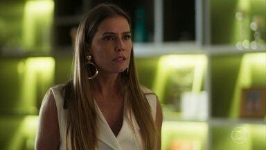Karola descobre que Beto usou o dinheiro de Valentim para ajudar no resgate de Manuela - A golpista confronta o marido e pergunta se ele anda se encontrando com Luzia