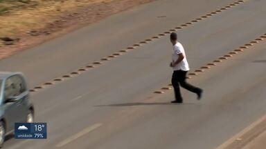 Pedestres recebem 33% das indenizações pagas pelo DPVAT - Imprudência de pedestres e motoristas é constante nas vias do DF. Especialista da UnB lança livro sobre comportamento no trânsito.