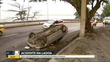 Carro capota na Curva do Calombo, na Lagoa Rodrigo de Freitas - Um carro capotou na Curva do Calombo, na Lagoa Rodrigo de Freitas, na Zona Sul. Trânsito congestionado na região.