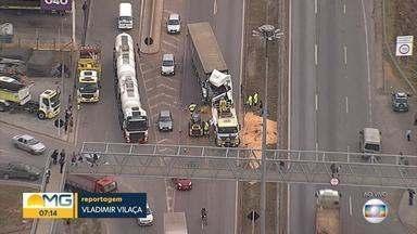 Acidente complica o trânsito na BR-040, em Contagem - Batida envolveu carreta na Grande BH.