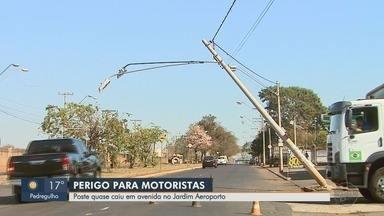 Poste inclinado é substituído na Avenida Thomaz Alberto Whatelly em Ribeirão Preto - Problema gerava perigo para os motoristas.