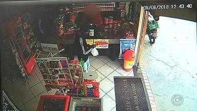 Dupla é presa após assaltar mercado em Botucatu - Homens invadiram o local armados com pistola, renderam funcionários e clientes e fugiram com carro de uma das vítimas. Polícia viu imagens do circuito de segurança e conseguiu prender ambos em um matagal.