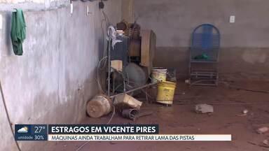 As máquinas trabalham rápido para limpar as ruas de Vicente Pires - A chuva de quinta-feira provocou muitos estragos na cidade. As pistas ficaram tomadas de lama e os carros não conseguiam passar. A administração da cidade afirma que as obras de infraestrutura serão agilizadas.
