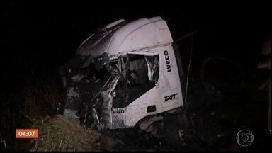 Acidente entre duas carretas e um ônibus deixa um morto e 16 feridos em MG - O acidente foi na BR-262, uma das principais rodovias do estado.