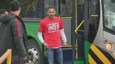 Confira a chegada de Paolo Guerrero a Porto Alegre, no aeroporto Salgado Filho - Assista ao vídeo.