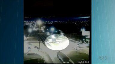 Câmeras flagram acidente em um trevo em Cascavel - Um caminhão atingiu uma carreta no trevo da rodovia BR-277