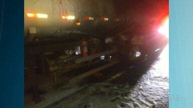 Carreta pega fogo na PR-445 - Foi entre Londrina e Tamarana. O motorista não se feriu.