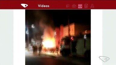 Carro pega fogo em Anchieta, no Sul do ES - A cena foi registrada por telespectadores.
