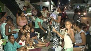 Famílias acampam em calçada após serem retiradas de terreno - Elas foram retiradas do terreno por determinação da Justiça. O local não pode ser ocupado, porque é considerado área de proteção ambiental.