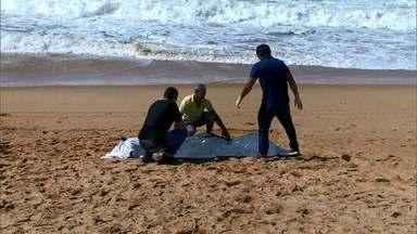 Homem morre afogado na Barra do Jucu, em Vila Velha, ES - Pessoas que estavam na praia contaram que, pouco tempo antes, o homem estava caminhando na areia. Elas acreditam que ele decidiu dar um mergulho no mar e se afogou.