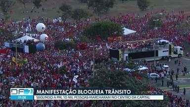 Manifestantes marcham, em Brasília, para apoiar a candidatura do ex-presidente Lula - Eles ocuparam todas as pistas do Eixo Monumental no sentido Esplanada dos Ministérios. Depois, seguiram para o Tribunal Superior Eleitoral, onde a candidatura de Lula à presidência foi registrada. Segundo a PM, 10 mil pessoas participaram do movimento. Para os organizadores, foram 50 mil manifestantes.