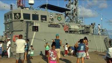 Navio da Marinha Brasileira atraiu diversos visitantes neste sábado - Crianças e adultos foram conhecer a embarcação e aprender mais sobre o trabalho da Marinha Brasileira.