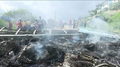 Abrigo de venezuelanos é atacado em Roraima após assalto a comerciante - Moradores de Paracaima destruíram acampamento, queimaram documentos e objetos, bloquearam a fronteira e expulsaram imigrantes do Brasil.