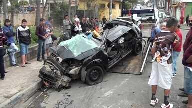 Cinco jovens morrem em acidente grave em Guarulhos - A suspeita é de que o motorista do carro em que as vítimas estavam entrou na contramão para escapar de um radar. Eles bateram contra um caminhão.