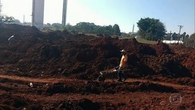 Fábrica abandonada em Sorocaba (SP) vira 'garimpo' de chumbo de baterias - Pessoas desesperadas estão se arriscando para encontrar e depois vender resíduos de metais extremamente tóxicos, descartados de maneira irregular.