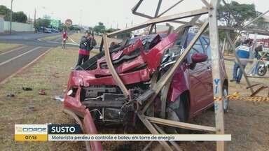 Motorista fica ferido após bater em torre de energia em Barretos, SP - Colisão não afetou o abastecimento de eletricidade na cidade.