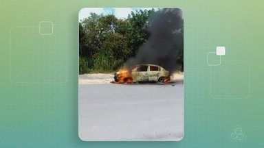 Táxi fica destruído após pegar fogo na Zona Norte de Manaus - Veículo foi destruído pelas chamas.