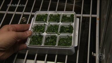 Como congelar ervas? - Separe as ervas. lave bem e coloque de molho na água com o sal. Veja as orientações no vídeo.