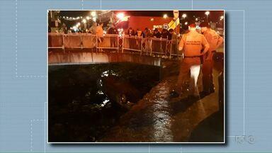 Carro cai dentro do rio Lonqueador, em Francisco Beltrão - O acidente foi perto das onze horas da noite.