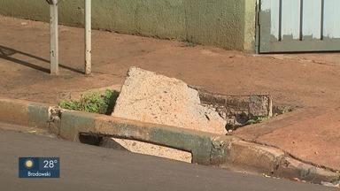 Moradores reclamam de tampa de bueiro quebrada em Ribeirão Preto - Problema coloca pedestres em risco entre as ruas Javari e Blumenau no Ipiranga.