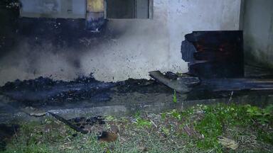 Princípio de incêndio atinge casa no Jardim Santa Rosa em Foz do Iguaçu - Bombeiros acreditam que incêndio pode ter sido criminoso.