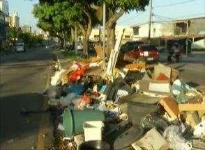 Flagrante mostra quantidade de lixo espalhado pelo bairro da Pedreira - Tem de tudo, resto de utensílios de casa, ventilador e até sofá.