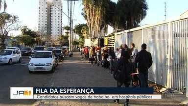 Candidatos fazem fila enorme por vaga de emprego em hospitais públicos de Goiás - Ao todo, são 417 vagas.
