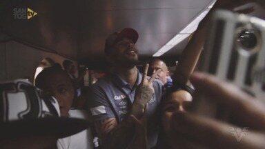 Jogadores do Santos são recebidos com festa no embarque do time para a Argentina - Peixe encara o Independiente-ARG nesta terça-feira (21), às 21h45 (de Brasília), em Avellaneda, pela partida de ida das oitavas de final da Libertadores da América.