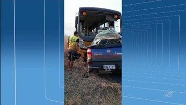 Três pessoas morrem após colisão frontal entre ônibus escolar e carro, em Independência - Outras informações no G1.com.br/CE