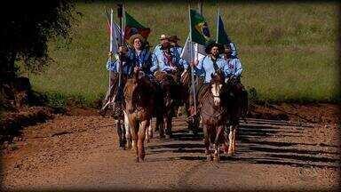 Cavaleiros que conduzem 'Chama Crioula' pelo RS conquistam aplausos e admiração - Assista ao vídeo.