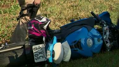 Moto de Cascavel é atingida por carro em Curitiba - Duas pessoas estavam na moto eles caíram da moto e foram atropelados. O motorista do carro fugiu.