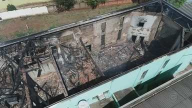 Incêndio destrói Prefeitura de Águas de Santa Bárbara - O prédio da Prefeitura de Águas de Santa Bárbara (SP) ficou destruído após ser atingido por um incêndio na noite de domingo (19). A estrutura ficou danificada e o prédio precisou ser interditado pela Defesa Civil.