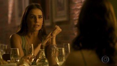 Karola tenta se aproximar de Rosa - A golpista conta que desviou o dinheiro de Valentim para sua conta e tenta convencer a jovem a mentir que o filho que está esperando é do ex-namorado